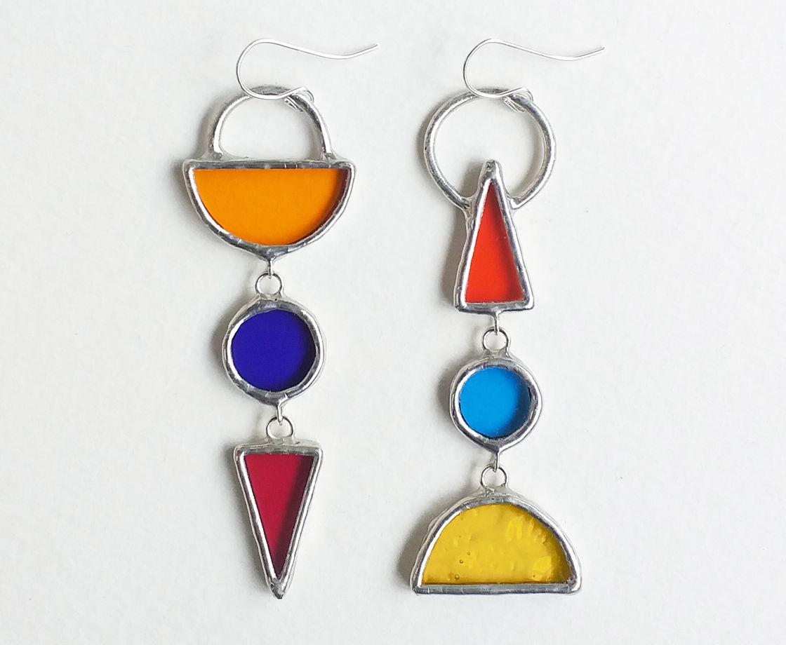 Асимметричные длинные серьги из цветного прозрачного стекла