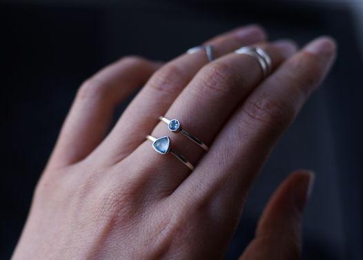 Двойное серебряное кольцо с голубыми топазами