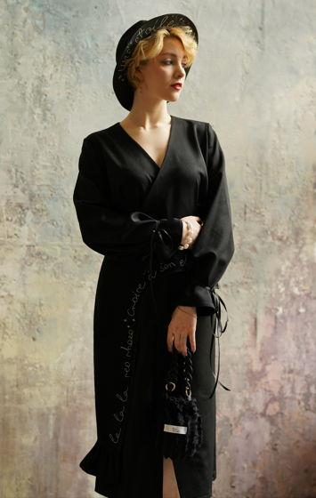 Чёрное платье миди на запах с баской и ручной вышивкой
