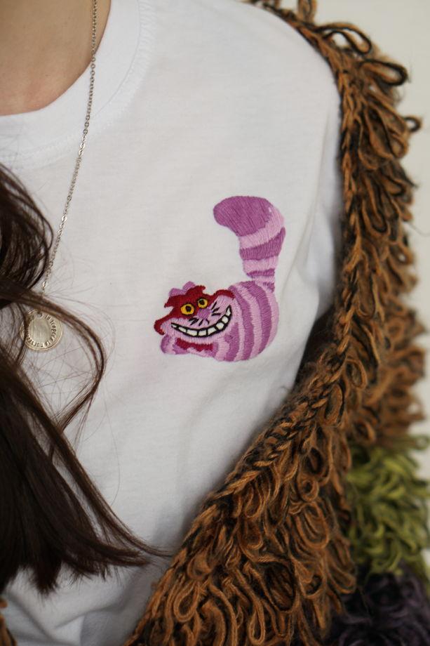 Футболка с вышивкой Чеширского кота
