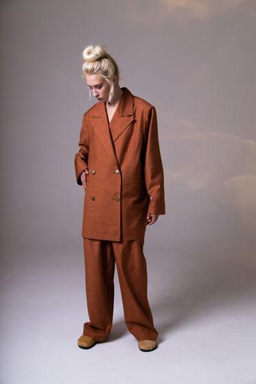Костюм из жакета с брюками в мужском стиле.
