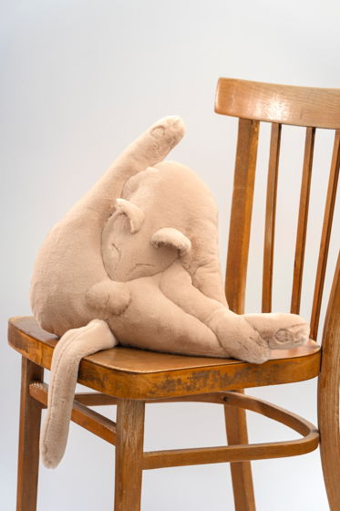 вертикальная треугольная подушка кот ручной работы из эко-меха