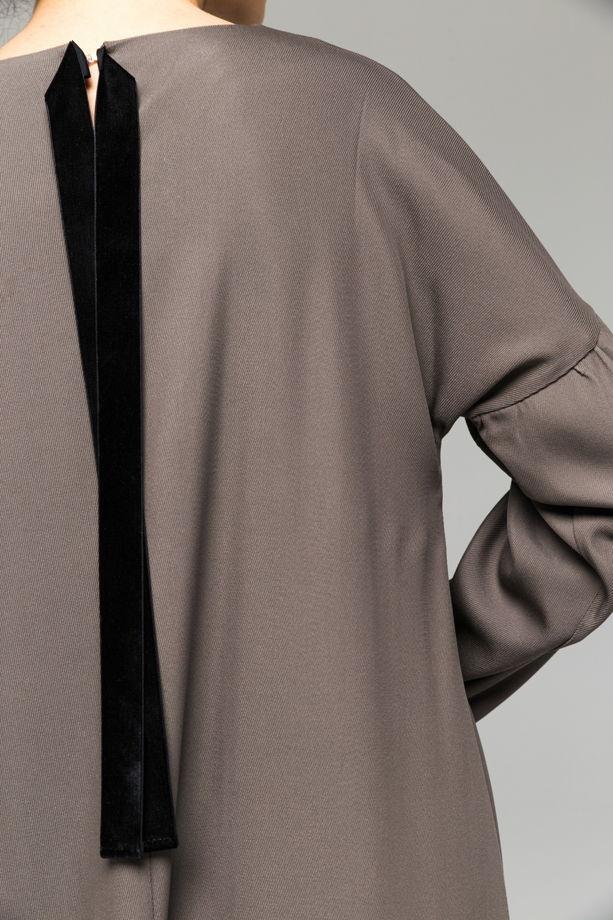 Серое классическое платье из вискозы и шерсти с бархатными лентами А-силуэта.