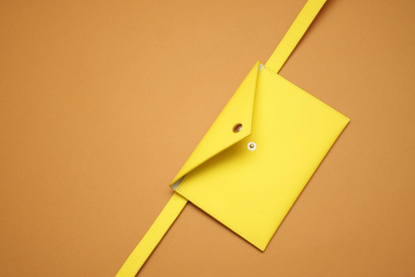 Желтая кожаная сумка-конверт на пояс