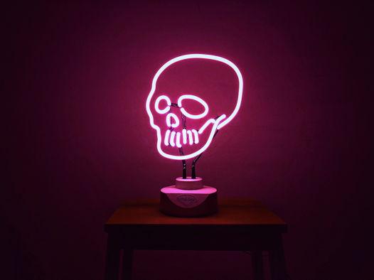 Розовый неоновый череп