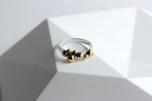 Кольцо Молекула из серебра с латунными шариками