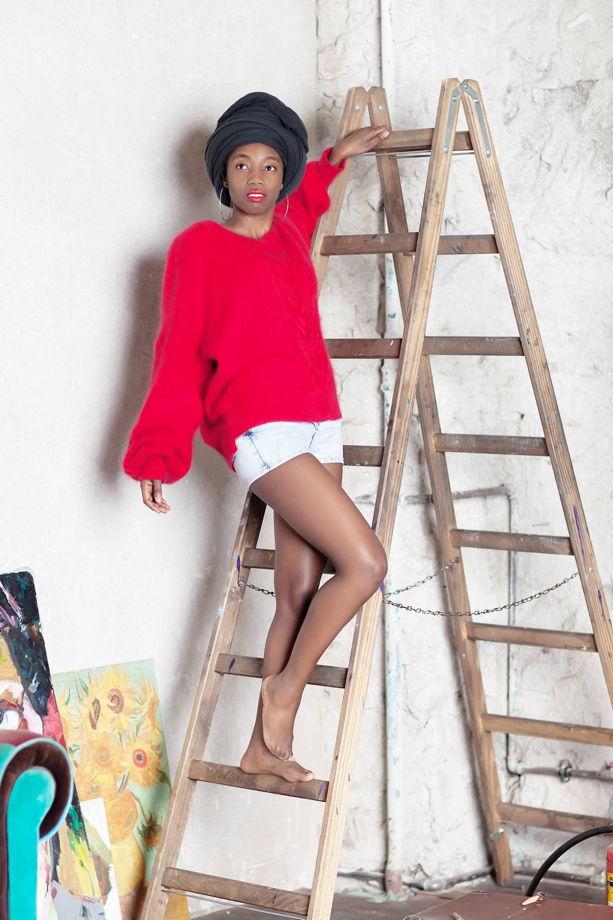 Красный свитер оверсайз с косой и v-вырезом