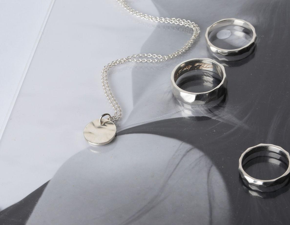 маленькая подвеска-медальон с мятой фактурой