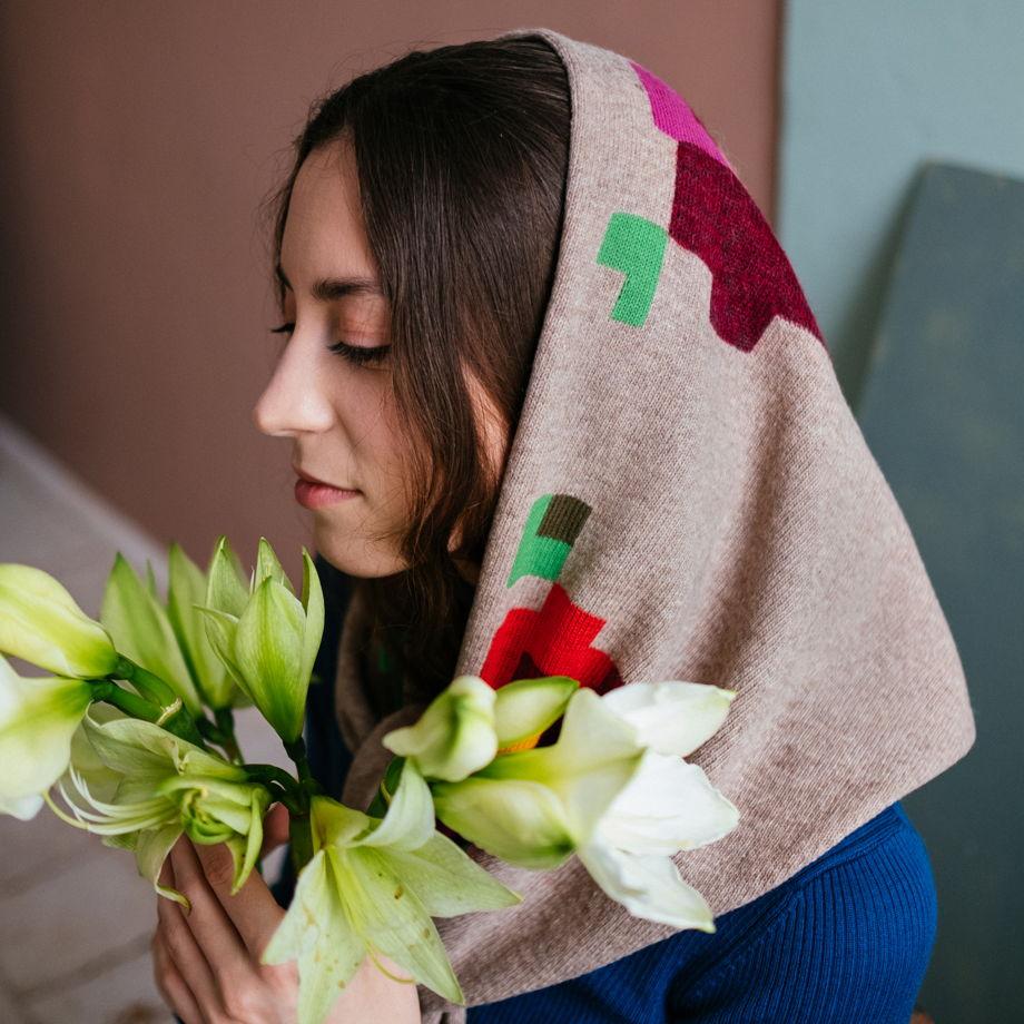 Вязаная косынка с цветами из мериноса с вискозой светло-коричневая
