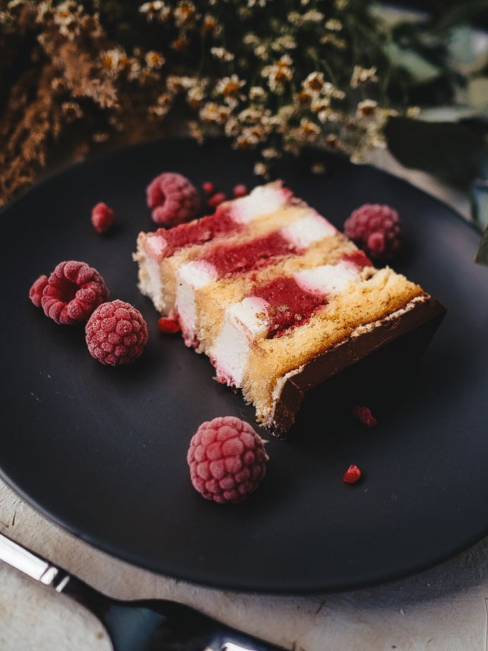 Бисквитный торт ваниль-малина