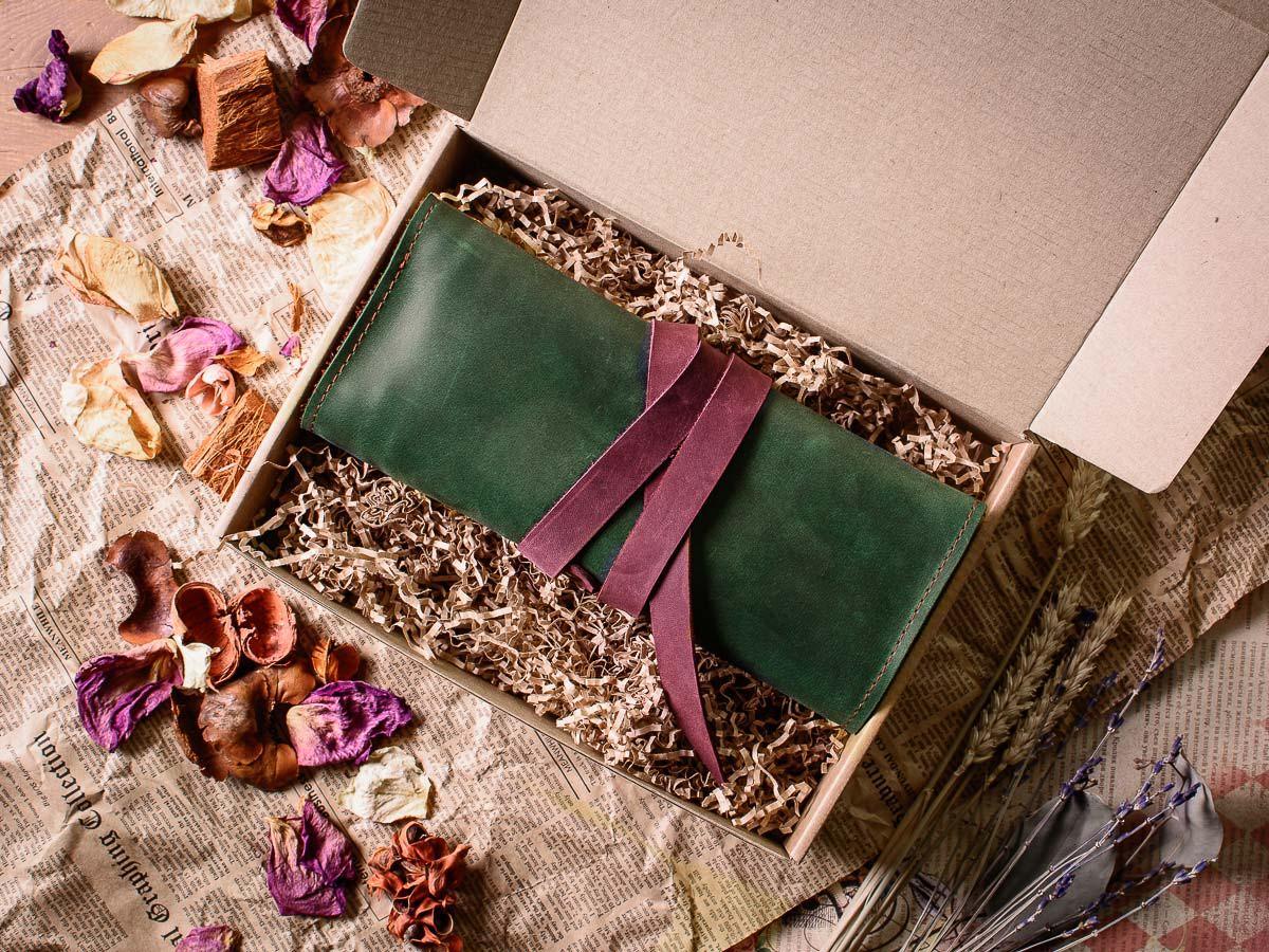 Пенал-скрутка из натуральной кожи -BANKSY- цвет Зеленый с Бордовыми вставками