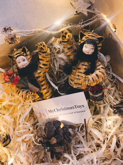 """Набор ватных елочных игрушек ручной работы и росписи """"Тигр с тигрицей идут в гости"""". Символ года 2022"""
