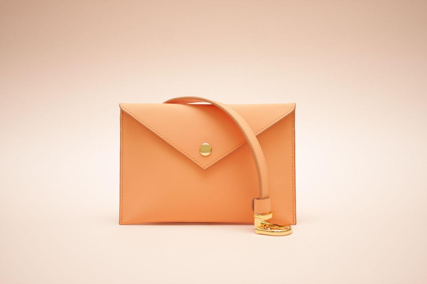 Персиковая кожаная сумка-конверт на пояс