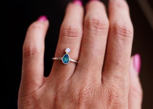 Тонкое нежное серебряное кольцо с натуральными опалами