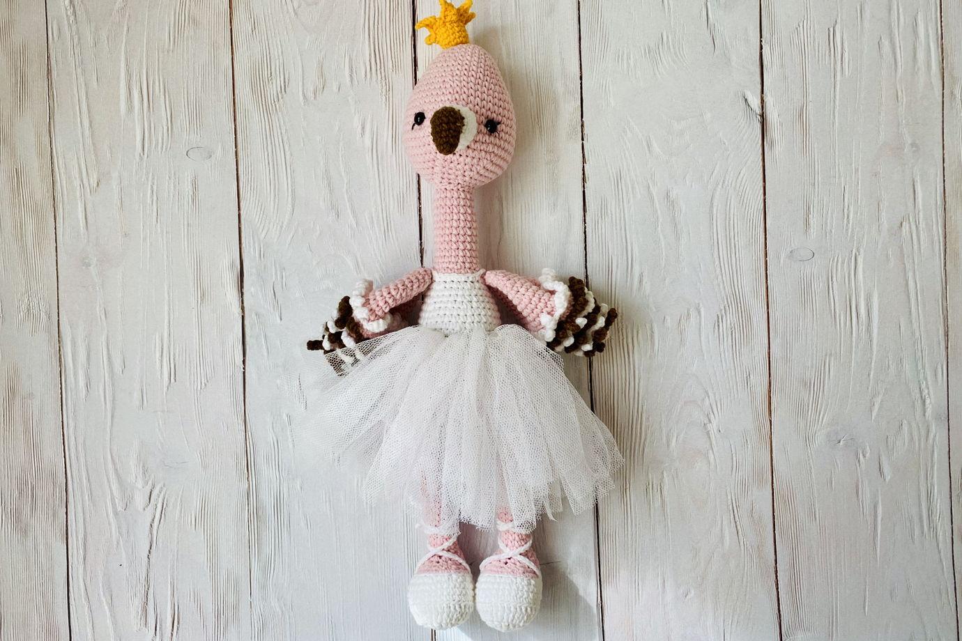 Вязаная игрушка фламинго балерина