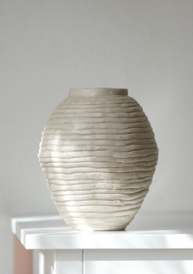 Керамическая ваза из шамотной глины цвета слоновой кости