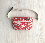 Поясная сумка красная в горошек