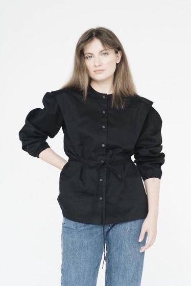 рубашка с акцентными плечами в черном цвете