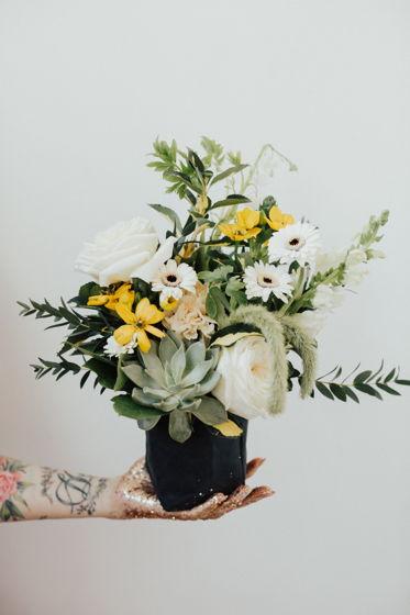 Композиция из живых цветов в крафт-мешочке XS