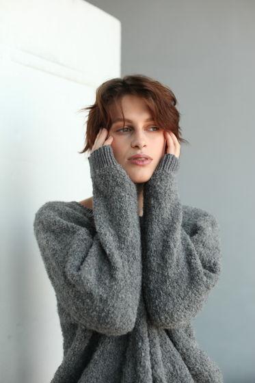Серый кудрявый свитер букле из шерсти альпаки и мериноса
