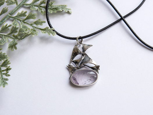 Нежный серебряный кулон с прозрачно пурпурным аметрином.