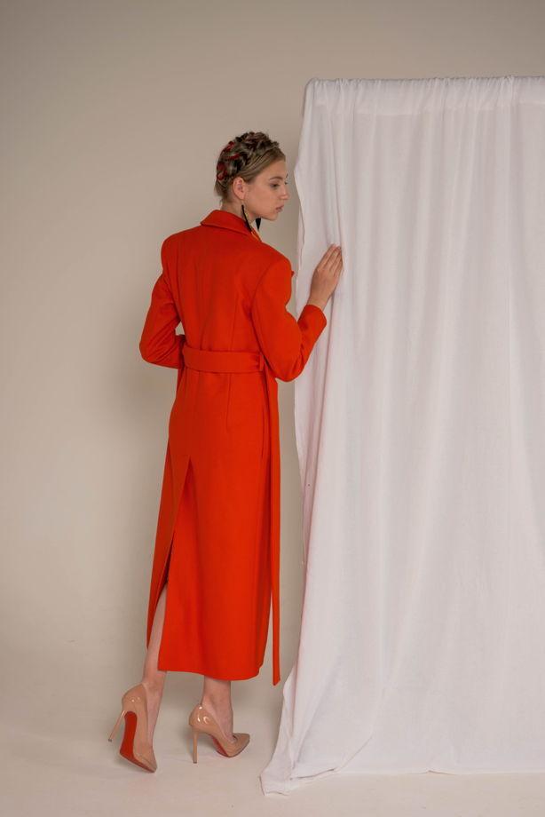Алое пальто с акцентными плечами из итальянской шерсти с кашемиром и белоснежной подкладкой