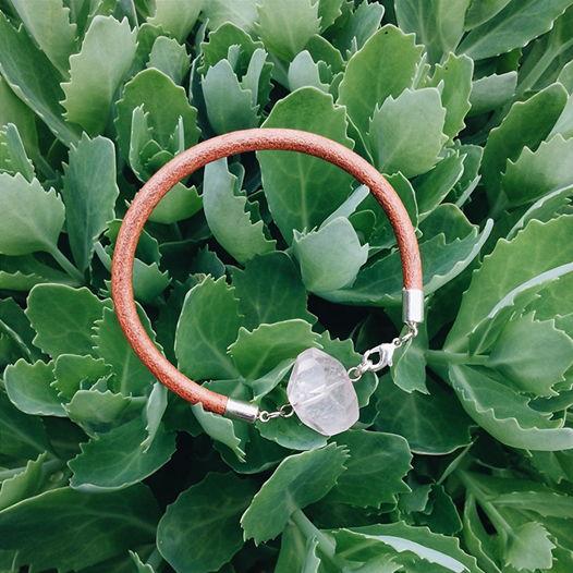 Кожаный браслет с розовым кварцем