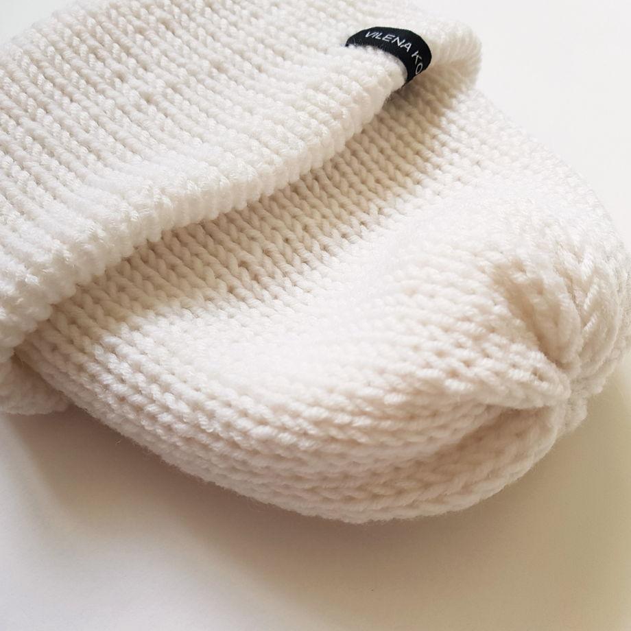 Белая вязаная шерстяная шапка с подворотом, связанная вручную