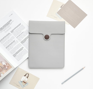 Чехол для MacBook серого цвета с бордовой пуговицей