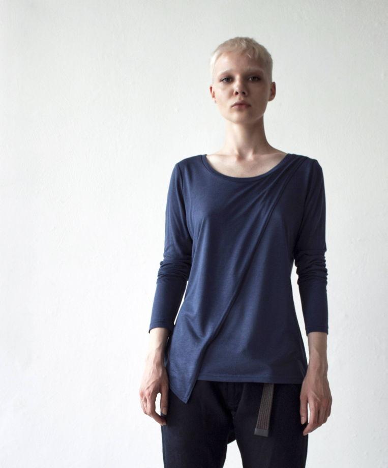 Женский лонгслив с асимметричным кроем / синий