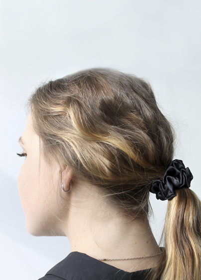 Чёрная шёлковая резинка для волос. 100% шёлк среднего размера