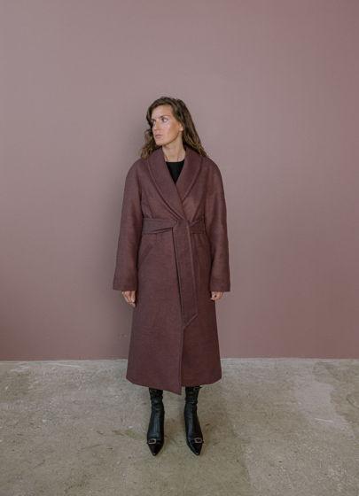 Шерстяное утепленное пальто бордо с воротником шаль