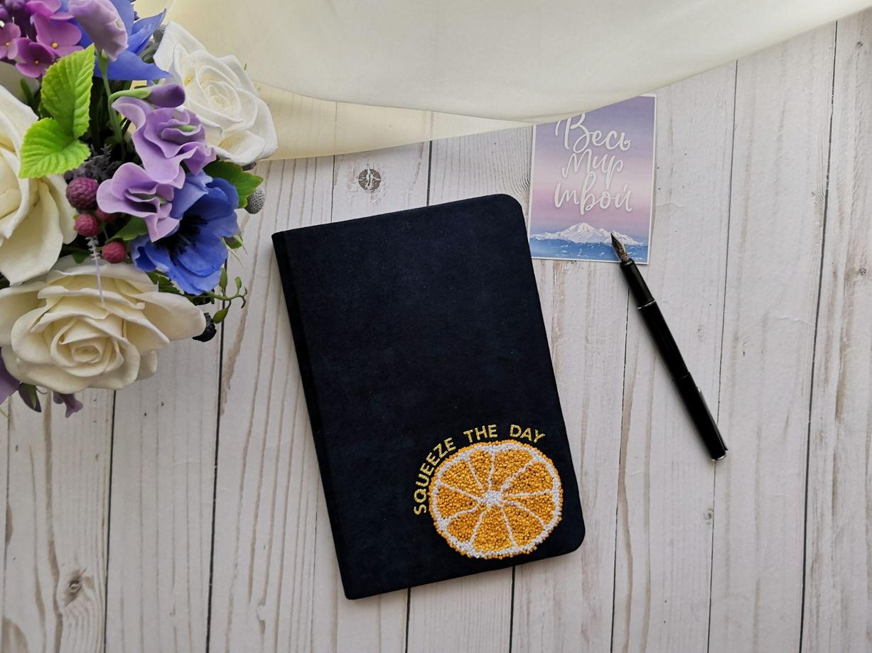 Блокнот в обложке из синей замши с вышивкой ручной работы апельсин