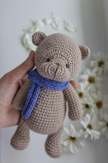 Вязаный мишка Тедди в синей шапке