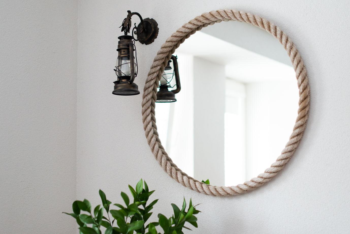 Круглое зеркало в белой джутовой раме