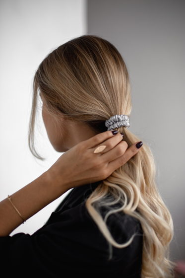 Резинка для волос MINI из натурального шелка серебристая