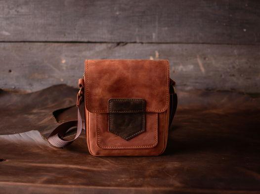 Маленькая мужская сумка на плечо -GATSBY- из натуральной кожи цвет Коньяк