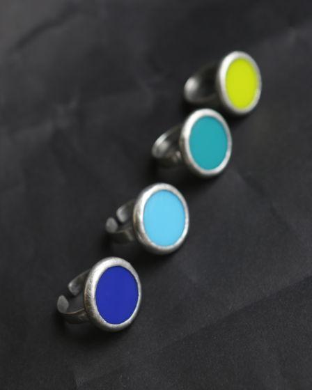 Круглое кольцо с ярким стеклом