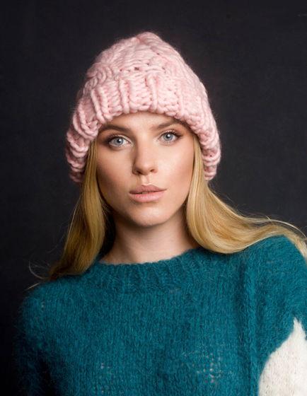 Нежно-розовая объемная шапка
