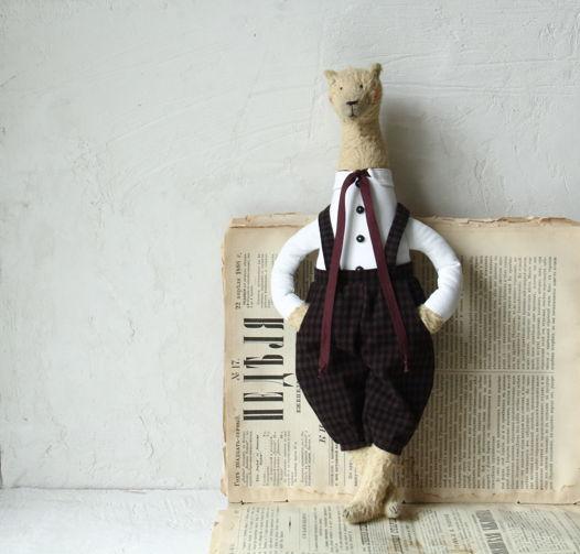 Медведь Джузеппе Аморетти в клетчатых штанах