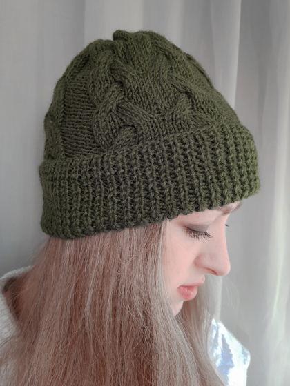 Женская вязаная  шапка с косами зеленого цвета