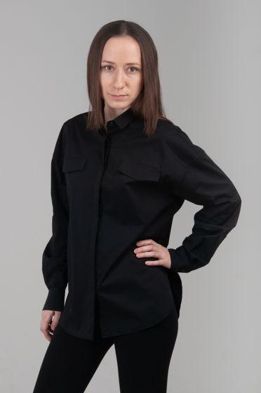 Черная рубашка со спущенным плечом.