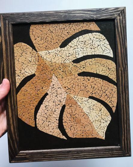 Картина из комплекта «Девушка и лист монстеры» ручной работы из яичной скорлупы натуральных оттенков