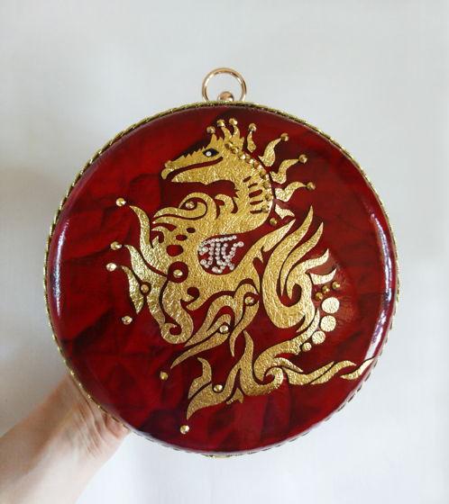 Клатч круглый красный с золотым драконом из лаковой кожи Персонифицированный