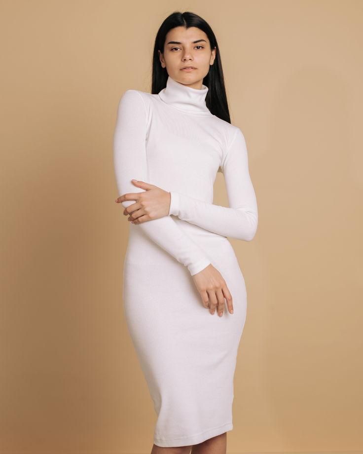 Базовое платье-водолазка в молочном цвете
