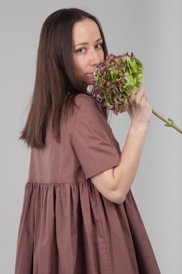 Рубашка в цвете капучино с большой сборкой ниже груди.