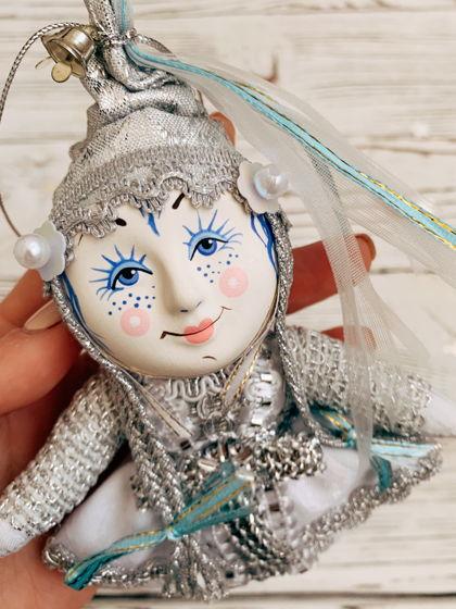 """Елочная игрушка ручной работы из фарфора и текстиля """"Снегурочка"""""""