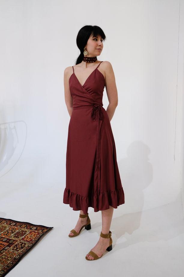Платье на запах цвета марсала