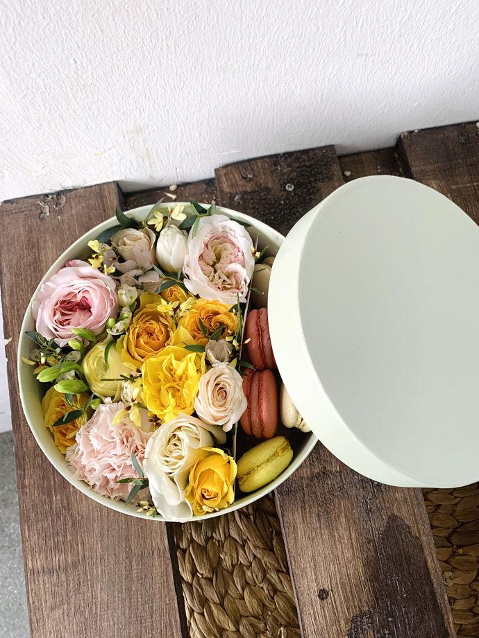 Коробочка с живыми цветами и макаронс