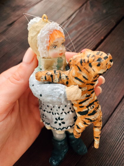"""Ватная елочная игрушка ручной работы и росписи """"Девочка с тигрёнком"""". Символ года 2022"""
